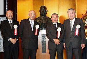 2011年の創業80周年記念祝賀会で左から牧実専務、牧順特別顧問、牧清和ストゥディオエンメ社長、牧誠メルコホールディングス社長(当時)