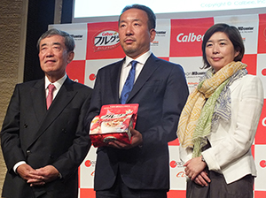 左から松本晃カルビー会長、香山誠アリババ社長、藤原かおりカルビー本部長