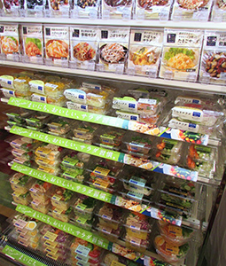 ローソンの棚板を5段に増やしたサラダ売場(モデル陳列)