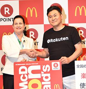 握手を交わすサラ・エル・カサノバ日本マクドナルド代表取締役社長兼CEO(左)と三木谷浩史楽天代表取締役会長兼社長