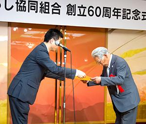 添野覚課長補佐から食料産業局長感謝状を授与される山内治氏(右)