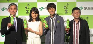 左から社三雄専務取締役、有村架純、「ゆず」の二人