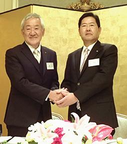 藤尾政弘前会長(左)と荻原奨新会長