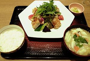 「鶏むね肉とたっぷり野菜の香辛だれ定食」(税込み898円)など、野菜を訴求した新メニューを投入