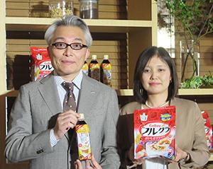 柳井慎一郎サントリー食品インターナショナル執行役員(左)と網干弓子カルビー企画部部長
