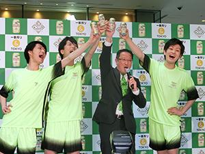 ハイタッチ乾杯を実演する高橋支社長(右から2人目)と「Tokyo Cheerリーダーズ」