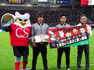 右から畑山昭典管理統括部長、新藤亮佑選手、濱大耀選手、マスコットキャラクタードーレくん