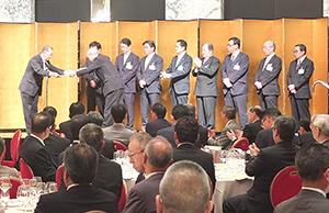 総会では前期事業に貢献した賛助会員9社を表彰