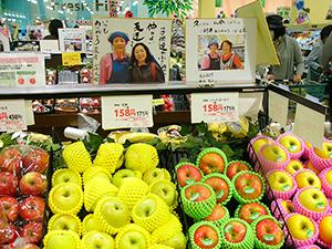 売場に掲示してある職員と組合員のツーショット写真