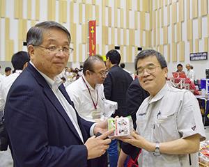 神尾啓治社長(左)と出展者