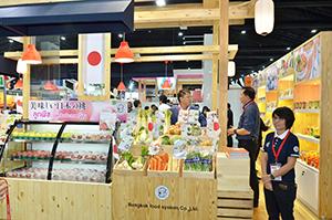 日本産の桃などを展示する日系企業のブース。「タイ人の関心が高かった」と担当者=バンコク北郊のイベント施設で小堀が5月31日写す
