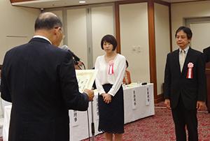 浅野茂太郎会長(左)から表彰状を受け取る受賞者