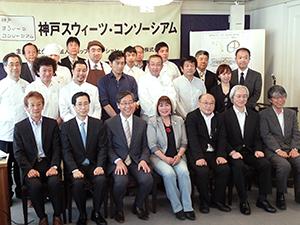竹中ナミ理事長(前列中央)と山田貴夫社長(左隣)を囲んで関係者が記念撮影