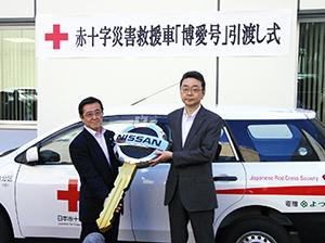 大崎政仁日本赤十字社事務局長(左)と畑山昭典よつ葉乳業管理統括部長