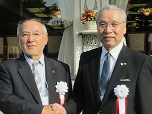 野崎伸一新会長(左)と近清剛会長