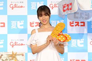 お気に入りのビーチサンダルを手にする深田恭子