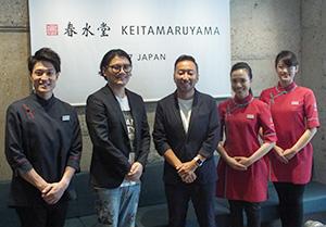 丸山敬太氏(左から2人目)と関谷有三社長(中央)