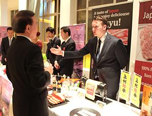 大使公邸で日本産和牛を紹介するオランダの食肉業者