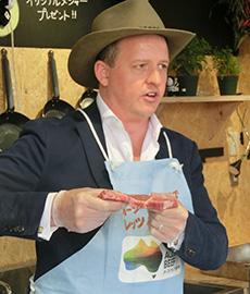「W厚ステーキ」のおいしさを説明するコックス駐日代表