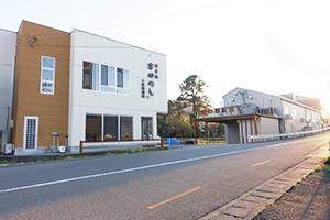 外装リニューアルした工場(右奥)