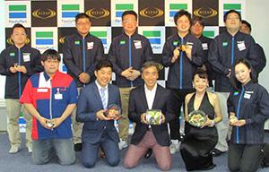 澤田貴司社長(中央)とタレントのあべこうじ(左隣)、エド・はるみ(右隣)、店舗スタッフ