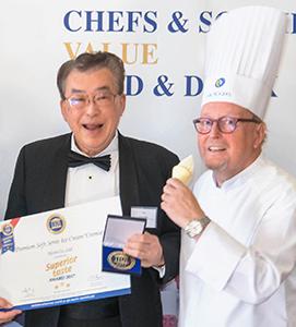 ベルギー・ブリュッセルでの授賞式。左が田中稔章会長