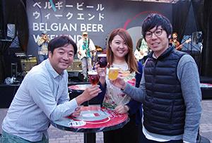 ベルギービールを飲みながらライブステージを楽しむ来場者