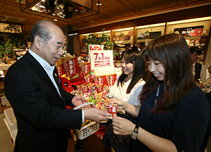 サンプリングする浅田剛夫会長(左)