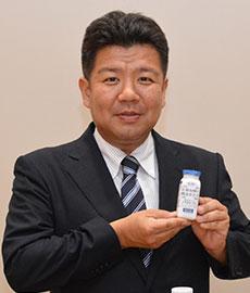 新商品の「乳酸発酵の麹あまさけ」を手に持つ、井上浩常務取締役営業部長