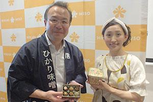 林善博社長(左)と「ミソガール」の藤本智子氏