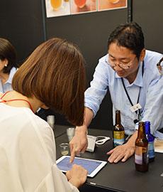タブレット上で「AIソムリエ」がユーザーに最適なクラフトビールを選び出す