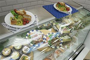 店内惣菜売場のメニューを外食のように盛り付けて提供する