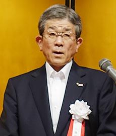祝賀会であいさつをする佐藤総二郎社長