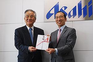 奥田好秀専務取締役(右)と墨田区社会福祉協議会の西原文隆会長