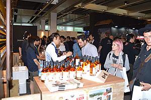 洋酒の試飲会には国内外から参加者が集う