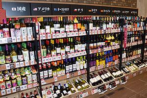 店頭では多種多様なワインが並ぶ
