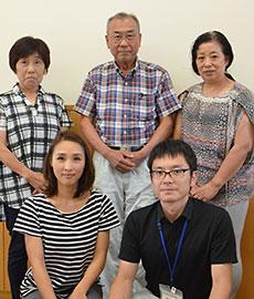 高橋康夫会長(後列中央)と加工所、町、県の職員