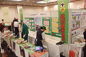 「FOOD EXPO 北海道」会場。特設コーナーでは大学、高校生が売り込みを行った