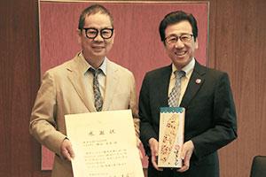 YOSHIMI勝山良美社長(左)と秋元克広札幌市長