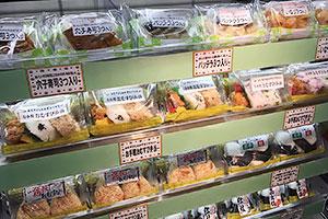 ピロー包装の米飯商品が並ぶスーパー