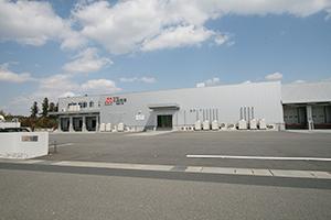 近鉄鈴鹿線・平田町駅から車で約15分、東名阪自動車道・鈴鹿IC からも至近と、交通アクセスが良い丸協食産鈴鹿工場