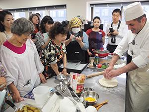 参加者を前にアリ・ウナル氏(右)が料理を実演