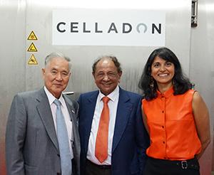1日3tを処理できるCAS機能付き急速冷凍装置の前で笑顔を見せるクウェリのアズミナ・ゴーラマリー会長(右)とアビーの大和田哲男社長(左)