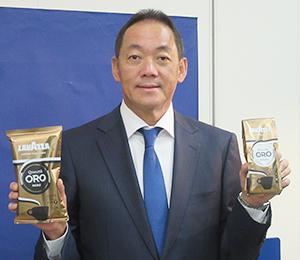 新商品の「ビアンコ」と「ネロ」を手に持つ片岡謙治社長