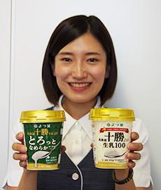 (左)「よつ葉北海道十勝生乳100とろっとなめらかヨーグルト」、(右)「よつば北海道十勝プレーンヨーグルト生乳100」