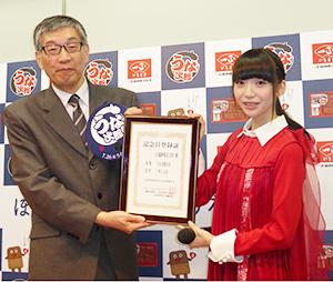 日本記念日協会の加瀬清志代表理事(左)とCM出演中のNGT48・荻野由佳