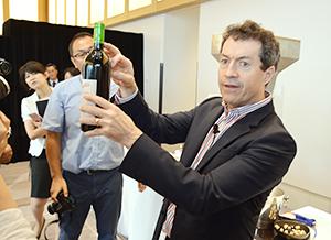 「リコルキング・クリニック」の説明をする、チーフ・ワインメーカーのピーター・ゲイゴ氏
