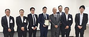 ラルズ本社の表彰式に臨む阿部豊太郎丸美屋社長(前列右から3人目)ら