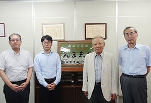 右から吉田正博取締役総務部長、山本嘉一社長、佐藤二郎総務課長、西村智也業務課長
