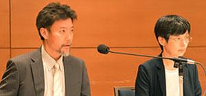記者会見する奥田徹会長(左)と後藤奈美審査委員長